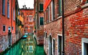 921984__water-street-in-venice-italy_p